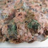 Granito miarolítico (detalle) Wimmer's Quarry, plutón Nine Mile, Complejo de Wausau, Marathon County, Wisconsin, Estados Unidos 4 cm. ancho de campo Detalle de los productos de alteración. (Autor: prcantos)