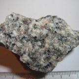 Monzonita Wilson County, North Carolina, Estados Unidos 5'5 x 3'5 cm. Se observan los dos tipos de feldespato: alcalino (rosado) y plagioclasa (blanca); el cuarzo gris, la mica negra y algunos granos verdes, probablemente de diópsido. (Autor: prcantos)