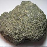 Basalto alcalino con olivino El Peñón, Alamedilla, Granada, Andalucía, España 8 x 8 cm. Una vulcanita básica de grano fino reconocible compuesta por olivino (verde, probablemente algo alterado a iddingsita), piroxeno (negro, probablemente augita o titano-augita) y plagioclasa (clara).  Lo clasifico como basalto alcalino con olivino atendiendo a la memoria del MAGNA50 (en este caso, al ser una roca cristalina, no hay que recurrir a la denominación TAS de traquibasalto). (Autor: prcantos)