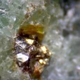 Eclogita (detalle) Almklovdalen, Vanylven, Møre og Romsdal, Noruega 200X Detalle de uno de esos pequeños granos dorados: quizá zircón.  Si alguien puede reconocerlo por la forma cristalina... (Autor: prcantos)