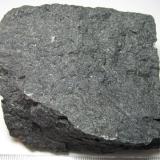 Microgabro olivínico (dolerita olivínica) Waterswallows Quarry, Green Fairfield, Derbyshire, Inglaterra, Reino Unido 7'5 x 6 cm. Roca negra microcristalina, sin componentes reconocibles. (Autor: prcantos)
