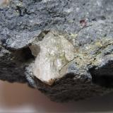Dacita biotítica con cordierita y almandino El Hoyazo, Níjar, Almería, Andalucía, España 4 cm. ancho de campo Detalle del cristal grande de cuarzo. (Autor: prcantos)