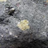 Dacita biotítica con cordierita y almandino El Hoyazo, Níjar, Almería, Andalucía, España Enclave amarillento de 9 x 7 mm. Detalle de uno de los enclaves amarillentos de anfíbol. (Autor: prcantos)