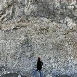 Discordancia entre la brecha volcánica y la colada basáltica superior. Volcanes de la Isleta, Gran Canaria, Islas Canarias, España. La de la foto soy yo, que mido poco más de metro y medio, así que, más o menos, hay una altura de unos 5 metros de brecha desde el suelo a la colada de basalto. (Autor: María Jesús M.)