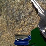 Metaperidotita Laujar de Andarax, Almería, Andalucía, España Detalle de la textura pseudospinifex de esta intersante roca.  La textura spinifex se da en algunas rocas extrusivas ultrabásicas, y consiste en una red de cristales alargados de olivino y clinopiroxeno que se entrecruzan.  La textura pseudospinifex es esta recuperación metamórfica (o polimetamórfica) de una textura sorprendentemente similar a la original, según lo expuesto antes.  Se reconoce el olivino verde oscuro y el piroxeno pardo-verdoso. (Autor: prcantos)