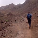 Este valle fue en su día el glaciar mas grande de África, con varios kilómetros de longitud. Actualmente solo las tarteras (canchales) y algunas marcas en la roca delatan su antigua condición. En el centro se ve el refugio donde se hace noche antes de subir a la cumbre, situado a unos 3.200 msnm. (Autor: Josele)