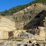 Dentro del Complejo Nevado-Filábride se encuentra la Formación Las Casas, que contiene tramos de micaesquistos, cuarcitas y rocas carbonatadas. Todo ello con un grado de metamorfismo medio. Algunos niveles de los mármoles alcanzan un contenido en carbonatos superior al 95% y son los que se explotan en las canteras. Las coloraciones amarillentas se deben al hierro y las grises a materia orgánica. Algunos tramos mantienen un blanco impoluto. (Autor: Josele)