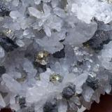 Bournonita y Pirita sobre Cuarzo<br />Mina Boldut, Zona minera Cavnic, Cavnic, Maramures, Rumanía<br />7 x 4 cm<br /> (Autor: Cristalino)