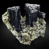 Ilvaite with Hedenbergite and QuartzZona minera Huanggang, Hexigten Banner (Kèshíkèténg Qí), Ulanhad (Chifeng), Región Autónoma Mongolia Interior, China23,0 x 26,0 x 16,0 cm (Author: MIM Museum)