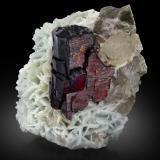 Tantalite-(Mn) with Albite and MuscovitePegmatita Mawi, Nilaw-Kolum, Distrito Du Ab, Provincia Nuristan, Afganistán8,5x9,0x10,5cm (Author: MIM Museum)