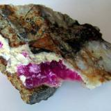 Calcita (variedad cobaltífera)<br />Mina Solita, Peramea, Baix Pallars, Comarca Pallars Sobirà, Lleida / Lérida, Catalunya, España<br />9 x 6 cm.<br /> (Autor: phrancko)